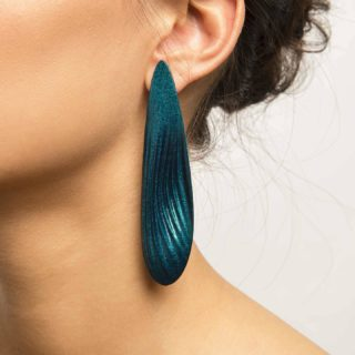 Long, lean and super light! Here is a pair of earrings that are sure to turn heads. 👀 Design by @silver.io   ➡️ SWIPE for more pics and colours  #maison203 #3dprinted #contemporaryjewellery #gioiellocontemporaneo #digitaljewelry #bijouxcontemporains #statementearrings #statementjewelery #lightearrings #3dprintedjewelry